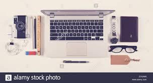 dessus de bureau style hippie vue de dessus d un bureau avec ordinateur portable et