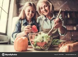 mere et fille cuisine grand mère et sa fille dans cuisine photographie