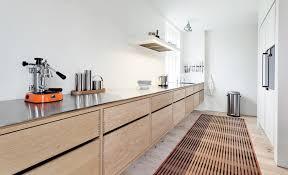 plancher cuisine bois design interieur cuisine bois massif moderne cuisine en longueur