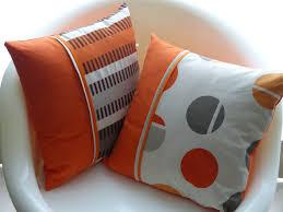 coussins orange deux coussins assortis rayures et pois orange et taupe la