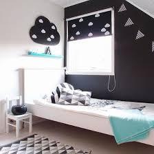 deco noir et blanc chambre noir et blanc s invitent dans la chambre d enfant joli tipi