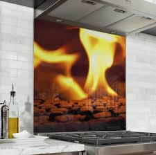 la cuisine au coin du feu fond de hotte feu flamme orange verre et alu credence cuisine deco