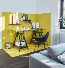 le de bureau jaune un coin bureau délimité grâce à la peinture jaune sur les murs et le
