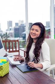 femme nue au bureau sourire femme asiatique avec carte numérique et l ordinateur dans le