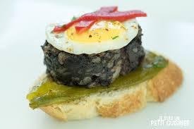 comment cuisiner du boudin noir recette de tartines au boudin noir au riz poivrons et œuf de caille