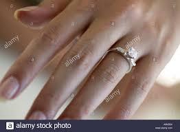 verlobungsring tragen frau s tragen einen verlobungsring stockfoto bild 2250195