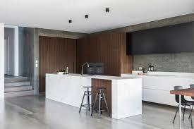 cuisine minimaliste design carrelage béton ciré grand format et îlot en marbre dans une cuisine