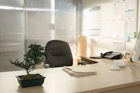 d orer bureau au travail décorer espace de travail sans se fâcher avec employeur