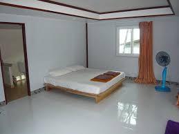 vide chambre grande chambre vide 1 lit 1 table et 3 chaises vendue par