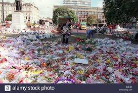 Flowers Glasgow - princess diana death 31 august 1997 flowers being removed from