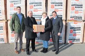 Bader De Leipfinger Bader Spendet Ziegel Für Mutter Kind Haus Ziegelwerke