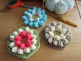 tutorial piastrelle uncinetto come fare mattonella esagonale a uncinetto con fiore in rilievo