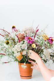 arranging diy wildflower arrangement avenue lifestyle avenue lifestyle