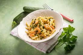 come cucinare i gamberoni congelati pasta con zucchine e gamberetti surgelati primo piatto semplice e