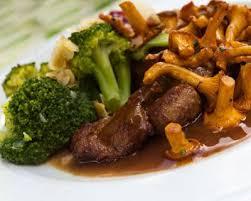 cuisiner du faisan recette faisan au porto et chanterelles en cocotte