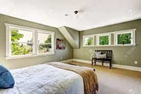 Schlafzimmer Gr Schlafzimmer Interieur Mit Beige Teppichboden Und Grünen Wänden