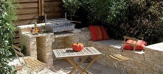 cuisine de jardin en barbecue sur terrasse en pierres