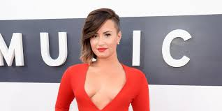 demi lovato leaked photos 2014 kaley cuoco laughs off naked photo leaks with spoof instagram post