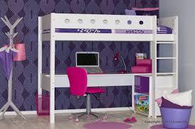 bureau om witte hoogslaper met een groot bureau om huiswerk aan te maken