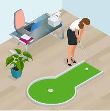 mini golf bureau femme d affaires jouant le mini golf dans bureau perfectionnez