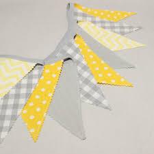 chambre bebe gris guirlande de fanions décoration chambre bébé gris et jaune