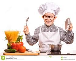 cuisine garcon le chef de garçon fait cuire dans la cuisine image stock image du