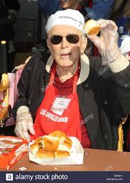 kirk douglas at the los angeles mission s thanksgiving for skid