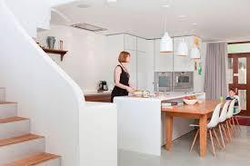 cuisine d architecte escalier bois massif et intérieur en blanc immaculé d un bel appartement