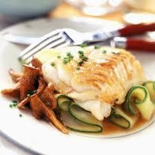 cuisiner filet de cabillaud filet de cabillaud aux girolles et courgettes cuisine plurielles fr