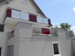 edelstahl balkon mit glas balkongeländer mit farbigem glas hermann götz metallbau