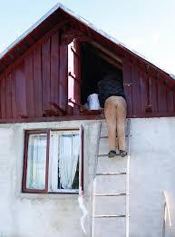 treppe zum dachboden bemannen sie aufstieg die treppe im dachboden im rumänischen
