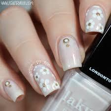 nailsbyerin white and gold daisy nails