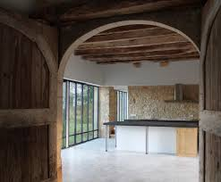 cuisine au bois la cuisine au centre de la grange sol béton ciré mur
