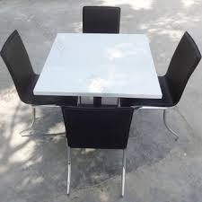Customized Table Top Scratch Resistant Quartz Stone Dining Table