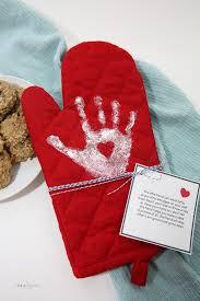 handprint oven mitt mothers day gift