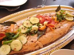 cuisiner du saumon au four saumon entier au four sauce au poivre vert la bonne cuisine