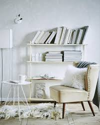 witte fauteuil in een witte woonkamer white chair in a white