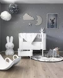décoration mur chambre bébé apporter de la magie dans la chambre via la décoration murale nuage