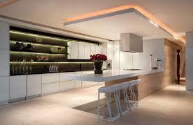 wohnideen minimalistische bar wohnideen moderne küche offene regale abgehängte decke