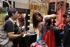 kit want and set smokey eyes l oréal paris make up expert saba ansari giving a live make over