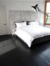 chambre avec lit noir chambre parquet noir tête de lit carte routière noir et blanc