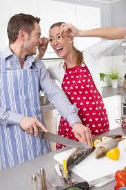 les amoureux de la cuisine amoureux de cuisine ensemble dans la cuisine photographie