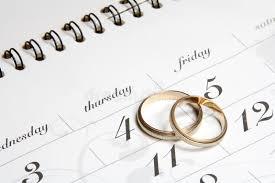 calendrier mariage couples des boucles de mariage sur le calendrier image stock