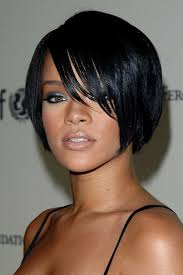 Bob Frisuren Mit Seitlichem Pony by Rihanna Kompakter Bob Mit Seitlichem Pony Schwarz Spaghetti