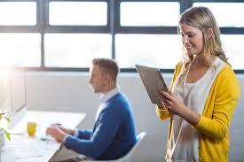 femme nue au bureau femme à l aide du comprimé numérique par le collègue dans le bureau