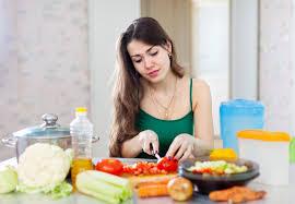 femme en cuisine femme cuisine salade végétarienne télécharger des photos