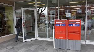 bureau banque postale le maire andré simard à ottawa pour réclamer une banque postale