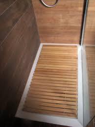 tappeti doccia foto piatto doccia filo pavimento con pedana in legno su misura