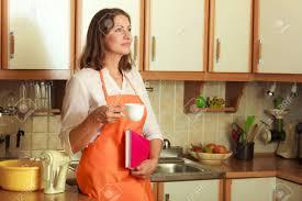 cuisine femme détendez vous et se reposer dans la cuisine femme d âge chef de