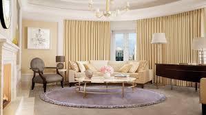 canapé style anglais fleuri idée déco salon de style anglais pour atmosphère élégante